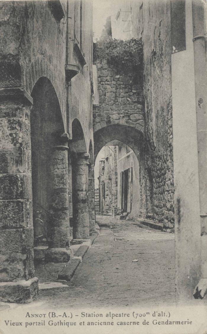 Annot (B.-A.) - Station alpestre (700m d'alt.) Vieux portail Gothique et ancienne caserne de Gendarmerie
