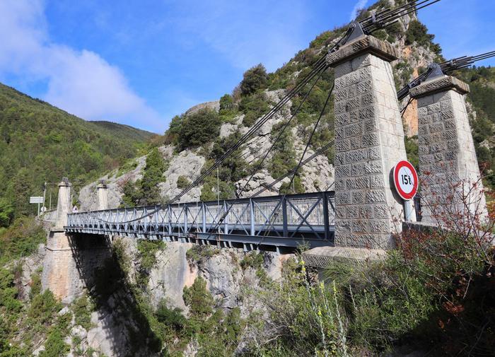 Pont suspendu, vallée de la Roudoule. Cliché : Thomassin, Philippe, Roudoule, écomusée en terre gavotte.