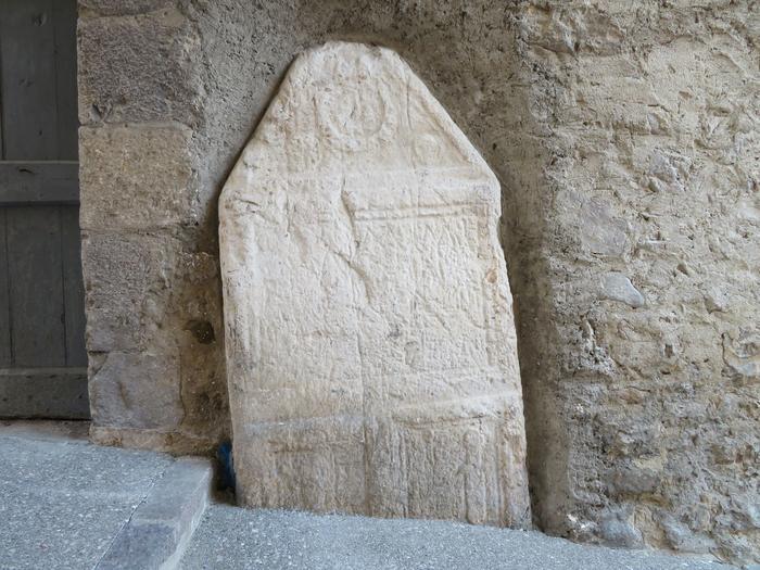 Pierre tombale, Roquestéron, période romaine. Cliché : Thomassin, Philippe, Roudoule, écomusée en terre gavotte.
