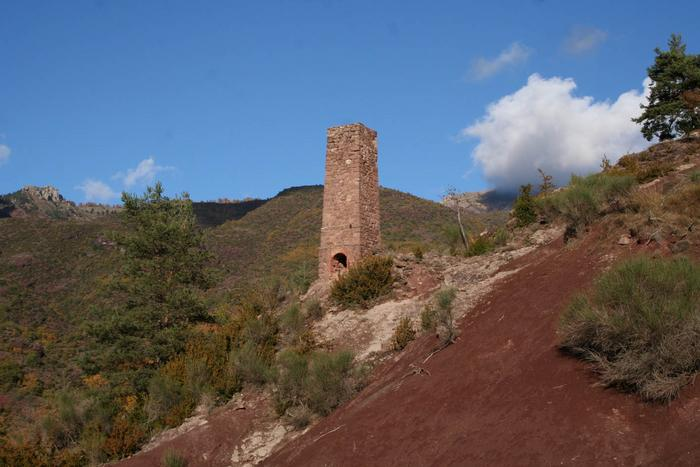 Demi-haut fourneau de la mine de cuivre de Léouvé (Hameau de La Croix-sur-Roudoule). Cliché P.Thomassin
